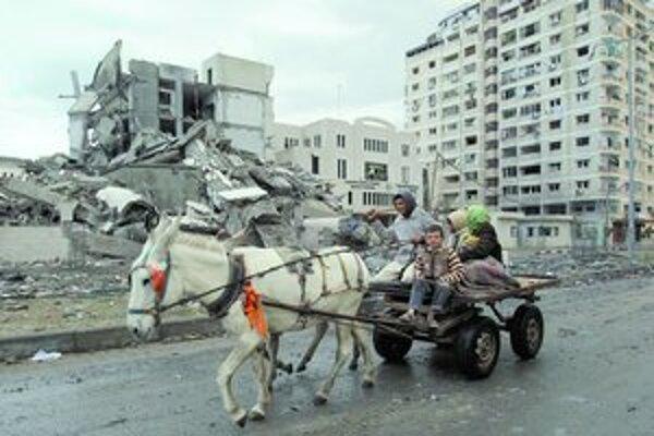 Izraelská armáda pokračovala už šiesty deň v náletoch na pásmo Gazy. Vyprovokovalo ju hnutie Hamas, ktoré palestínske územie ovláda.