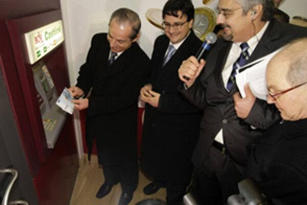 Prvý výber eur maltskému premiérovi Lawrencovi Gonzimu nevyšiel. Neskôr ho musel zopakovať.