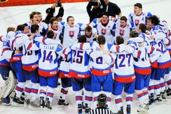Slovenská dvadsiatka oslavuje štvrťfinálový postup po zápase s USA.