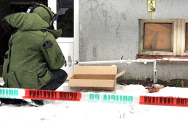 Nálož odstránil pyrotechnik v špeciálnom obleku. Ľudí  z paneláka evakuovali.