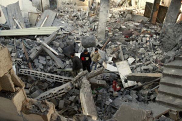 Palestínčania v Gaze prehľadávajú trosky zničených budov. Fotografi sa dostali len na hranicu s Gazou (pod článkom), kam mieri stále viac izraelských vojakov.