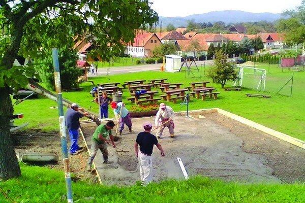 Jednou z dedín, kde už teraz vedia, kto bude starostom a poslancami, sú Bohunice. V malej obcí so 124 obyvateľmi žijú ako veľká rodina. Zveľaďujú ju svojpomocne.
