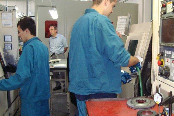 Študenti tretieho a štvrtého ročníka odboru programátor obrábacích a zváracích strojov a zariadení počas odborného výcviku v priemyselnom parku Levice - Géňa pri obsluhe obrábacích strojov a automatických výrobných zariadení.