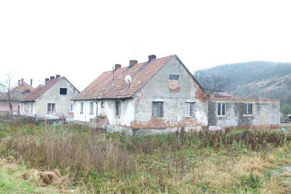 V osade Domky pri Kozárovciach, kde žije okolo 200 obyvateľov, pribúdajú čierne stavby.