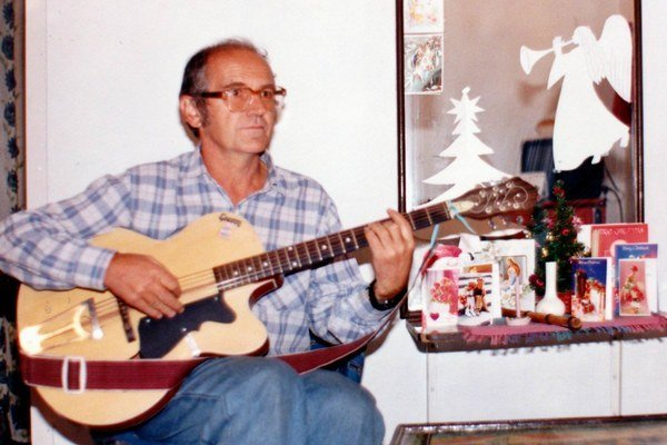 Tlmačan Jaroslav Burjaniv si v ďalekej krajine priblížil vianočné piesne aj vďaka gitare.