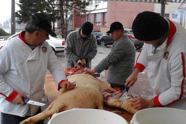 Vzorku mäsa z domácej zabíjačky treba odovzdať veterinárom. Zisťujú v ňom prítomnosť svalovca.