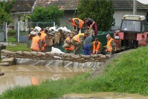 Vojaci pomáhajú pri spevňovaní hrádze v obci Ipeľský Sokolec.