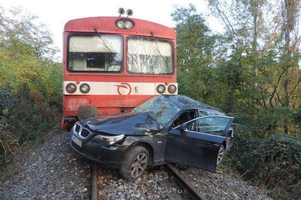 Vodič osobného auta krátko po náraze zraneniam podľahol.