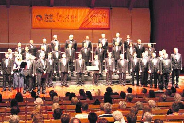 Spevácky zbor slovenských učiteľov nastúpený pred súťažným koncertom pred divákmi a medzinárodnou porotou.