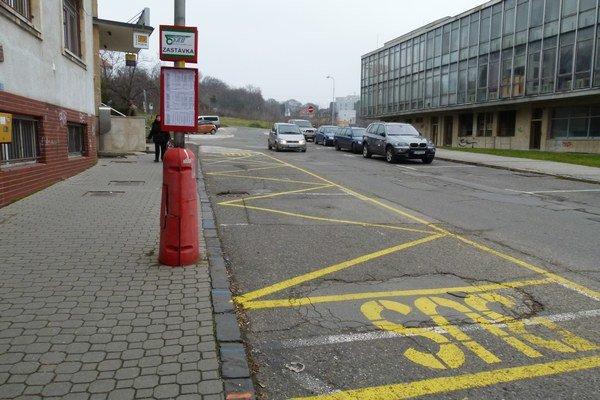 Autobusová zastávka MHD je spred levickej nemocnice presťahovaná pred poštu.