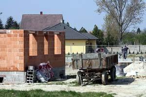 V maďarskej Rajke, neďaleko za hranicami, vzniká slovenská štvrť. Lacnejšie pozemky a domy sem prilákali mnoho Bratislavčanov. V obci je stále viac áut so slovenskými značkami.