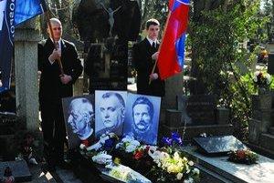 Tisov hrob v Bratislave každoročne priťahuje jeho obdivovateľov aj spomedzi prívržencov hnutia skinheads.