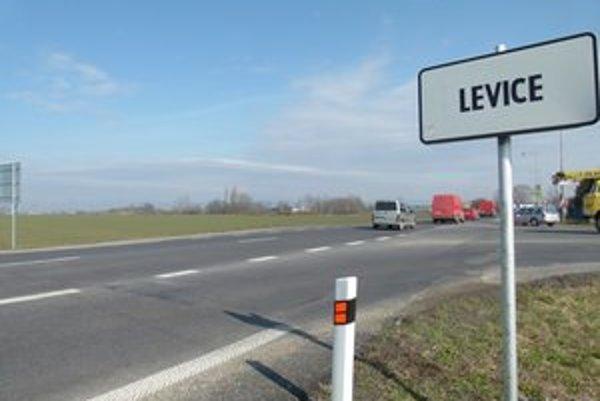 Severný obchvat Levíc sa má začínať pred vstupom od Nitry. Strelnica je vzadu vľavo.