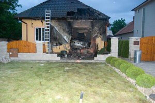 Vodič vletel autom do domu, kde sa nachádzali jeho najbližší.