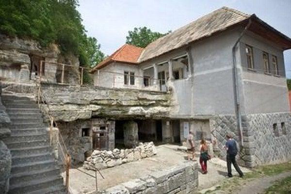 Kamenné obydlie dostalo združenie do prenájmu od miestnych za symbolickú sumu. Chcú ich zrekonštruovať do pôvodného stavu.