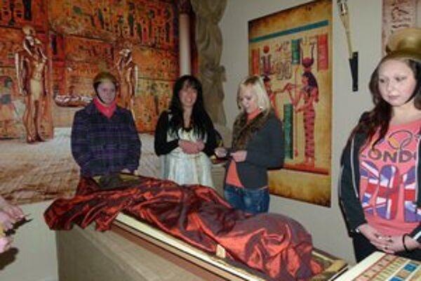 Na obrade mumifikovania sa podieľali aj návštevníci novootvorenej expozície.
