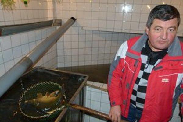 Živým rybám, ktoré predávajú pri levickej tržnici, vháňa čerstvú vodu mlynské koleso.