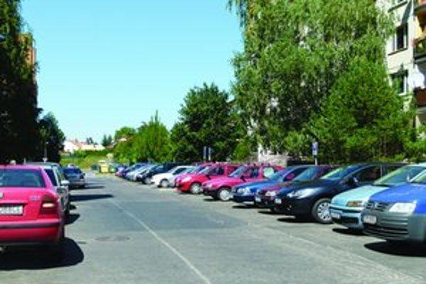 Podľa koncepcie parkovania sa má v Leviciach platiť aj za státie pred činžiakmi. Dokumentu vytkli motoristi viacero vecí.