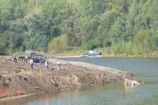 Skôr, ako bager začali z vody vyťahovať tankom, ukotvili naň laná.