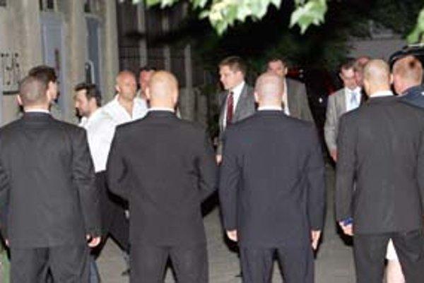 Počas volebnej noci strážila centrálu Smeru súkromná bezpečnostná služba A – Team , ktorá je blízka ľuďom z tzv. mafiánskych zoznamov.