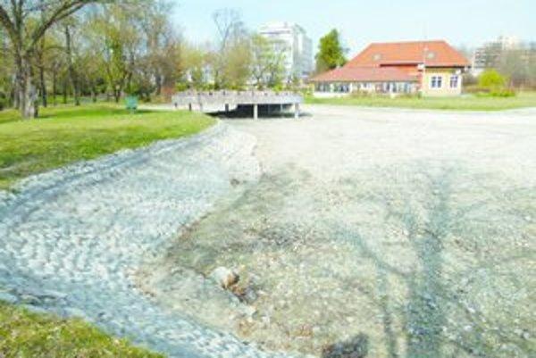 Jazierko v Parku M. R. Štefánika po vyčistení a opravách začnú v týchto dňoch napúšťať.