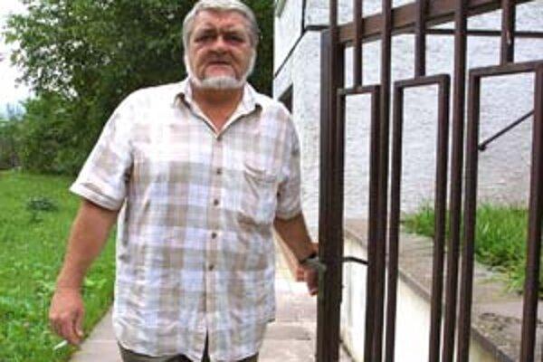 Pavel Hrúz (1941) vstúpil do literatúry v 60. rokoch Dokumentmi o výhľadoch (1966) a Okultizmom (1968). Patrí k nemnohým, čo vydržali dvadsaťročný zákaz publikovania, a tak ďalšie knihy vyšli až po roku 1989 - Chliev a hry, Pereat, Párenie samotárov, Chli