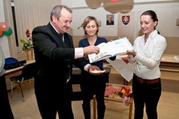 Krst najnovšej knihy mladej tlmačskej autorky Veroniky Árendášovej (v strede).