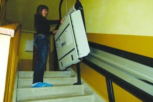 Manipuláciu kočíka na schodoch uľahčuje schodolez.