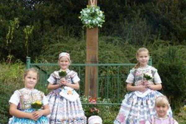 Knihu modlitieb dotvoria aj fotografie detí pri obecných krížoch.