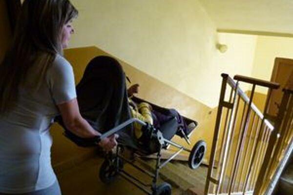 Život s ťažko chorou dcérou je pre Renátu Tóbyovú namáhavý. Potrebovali by pomôcky, na ktoré im chýba časť peňazí.