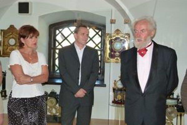 Zľava M. Nováková, J. Dano a M. Mihalič otvorili v Tekovskom múzeu výstavu Meranie času.