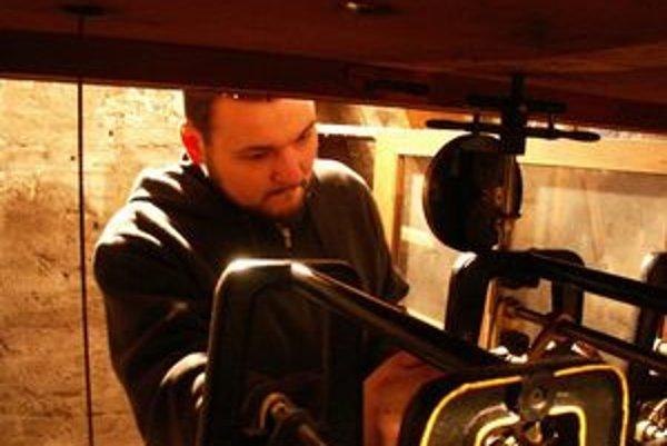 Netradičným koníčkom brata Rajmunda z Levíc je oprava starých, historických vežových kostolných hodín.