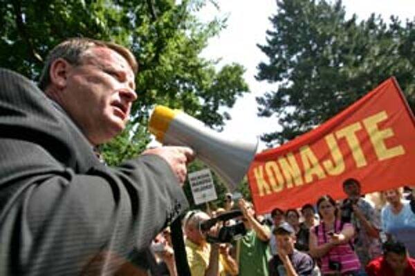 Pred Úradom vlády včera protestovalo asi 200 Pezinčanov. Sľuby premiéra Fica sa podľa nich nenaplnili.