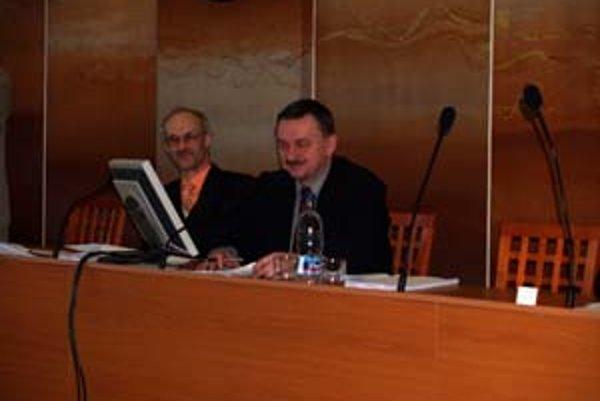 Primátor Čadce Jozef Vražel (vpravo) sa po znížení vyrovnal svojím platom predsedovi vlády.