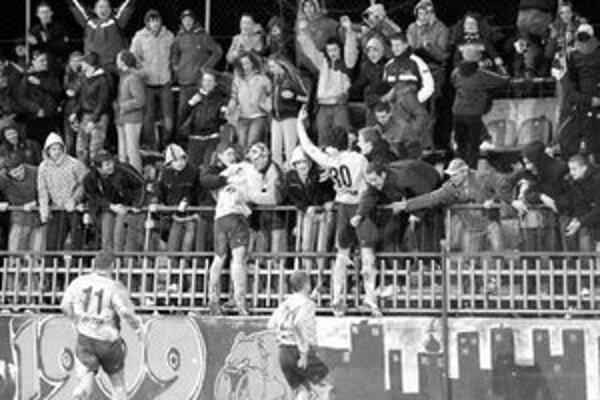 Strelec gólu Pavel Vrána (vpravo) a Jan Gruber (vľavo) z FC Nitra