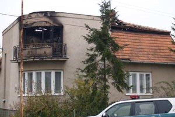 Vyhorený rodičovský dom nitrianskej podžupanky. Sedem hodín po búrlivom rokovaní krajského parlamentu ho vlani v novembri podpálili páchatelia, o ktorých polícia doteraz nič nevie.