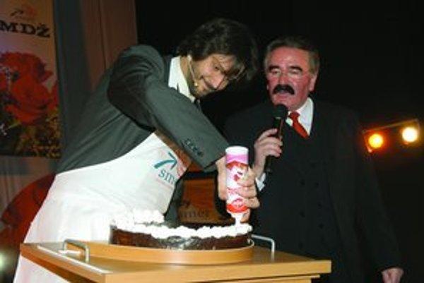 Takto oslavuje Smer. Robert Kaliňák so spevákom a bystrickým viceprimátorom Robertom Kazíkom zdobia tortu.