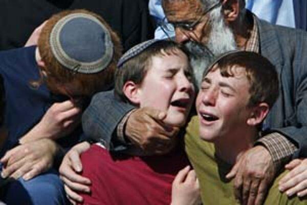 Príbuzní zavraždených chlapcov na ich pohrebe.