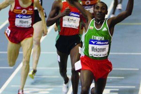 Z titulu majstra sveta na 1500 m sa najskôr tešil Etiópčan Deresse Mekonnen (vpravo), potom za ním bežiaci Keňan Daniel K. Komen, ale naostatok a definitívne zasa Mekonnen.