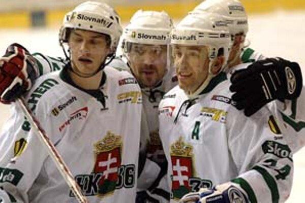 Skalický útočník Žigmund Pálffy (vpravo) sa teší zo svojho gólu s kapitánom Vladimírom Vlkom (uprostred) a Jurajom Mikušom v stretnutí Zvolen – Skalica 2:8.
