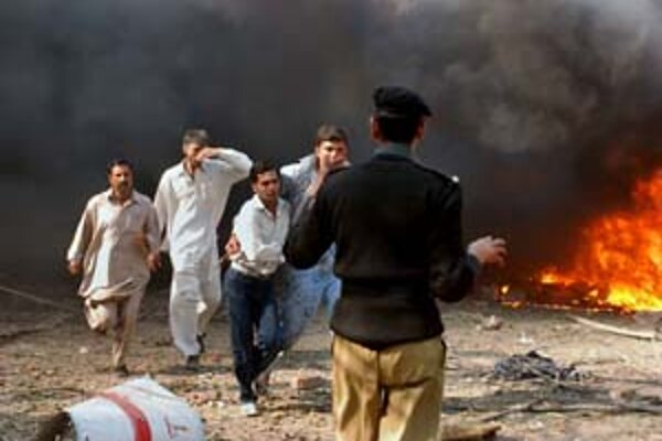 Pakistanskí extrémisti po voľbách pokračujú v bombových atentátoch.