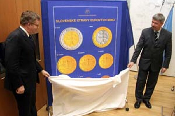 Guvernér NBS Ivan Šramko (vpravo) a viceguvernér NBS Martin Barto (vľavo) pri odhaľovaní tabule so slovenskými euromincami.