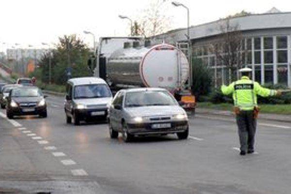 Dopravu pomáha riadiť polícia.