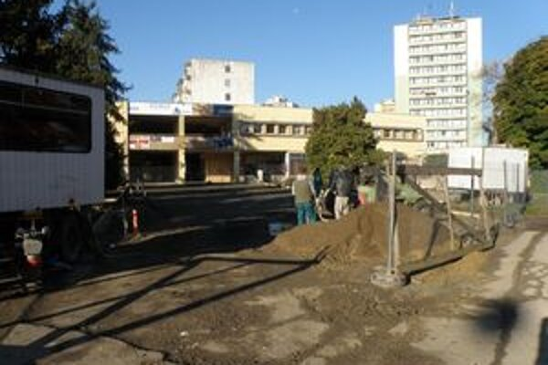 Práce na novom trhovisku v Leviciach sú v plnom prúde od júla. Dokončenie je na pláne na november.