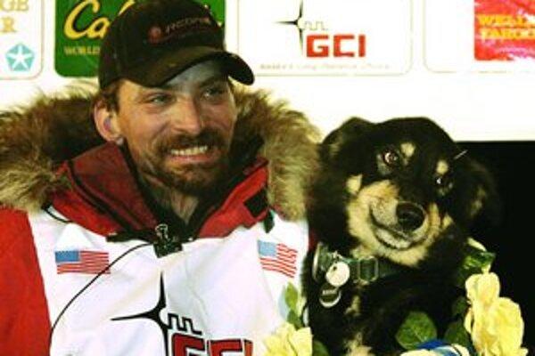 Lance Mackey, víťaz pretekov Iditarod Trail Sled Dog Race s jedným zo svojich psov Handsomom.