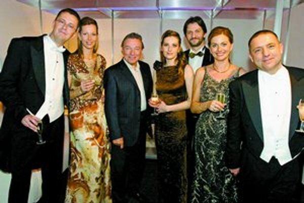 Ples Smeru: Martin Glváč, Soňa Chanečková, Karel Gott, Róbert Kaliňák s priateľkou Zuzanou, Monika Beňová a Fedor Flašík.