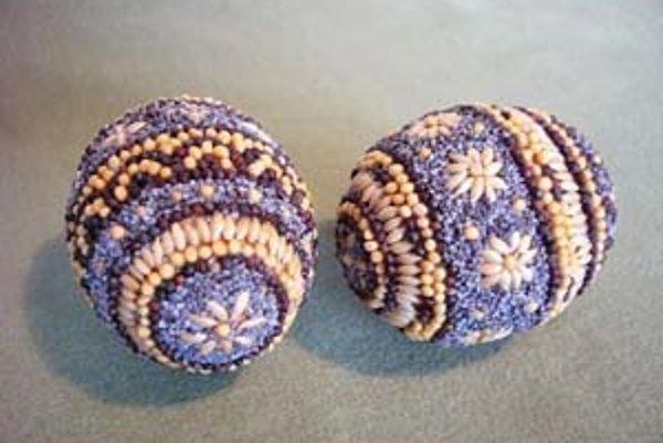 Kraslice možno zdobiť aj semenami.