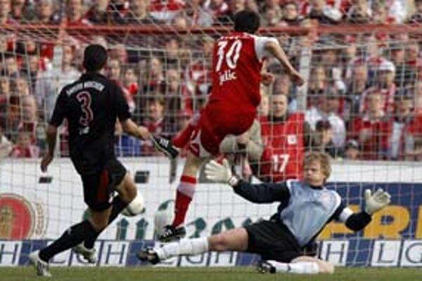 Útočník Energie Cottbus Branko Jelič prekonáva brankára Bayernu Olivera Kahna.