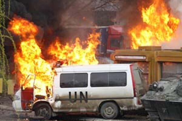 Kosovskí Srbi včera hádzali na vojakov KFOR okrem kameňov aj zápalné bomby a podpálili vozidlo OSN.