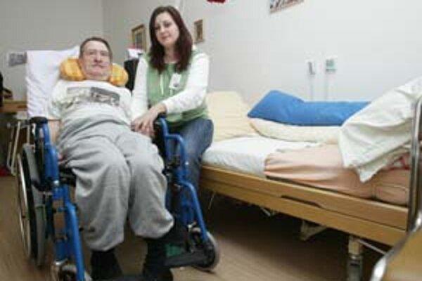 Janka navštevuje Petra v domove dôchodcov raz za týždeň. Najradšej sa rozprávajú o tom, čo všetko zažil.